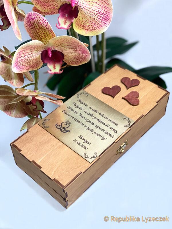 tablica z życzeniami ślubnymi na pudełku drewnianym, kwiaty obok