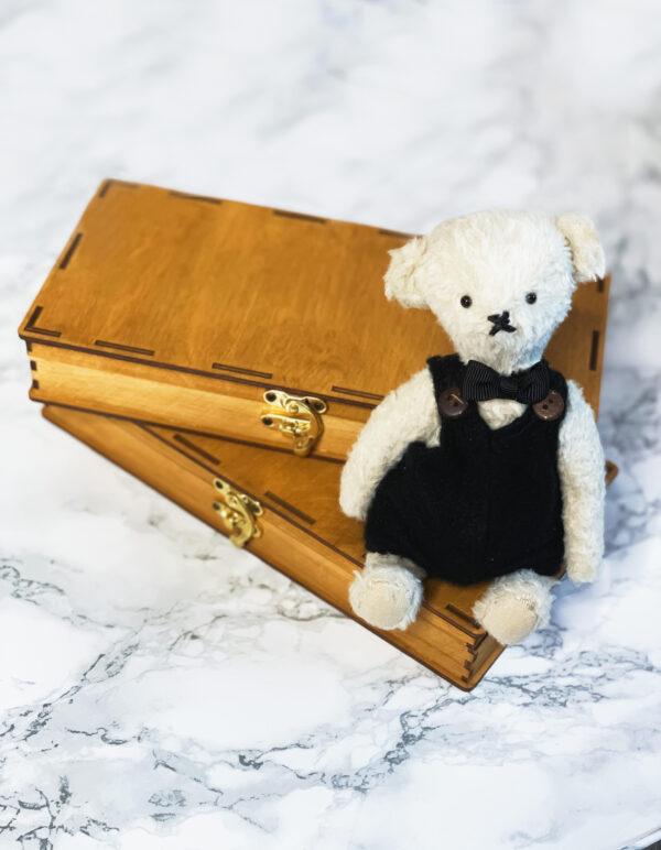 2 Pudełka drewniane koloru sosna z lalką Miś na marmurowym tle