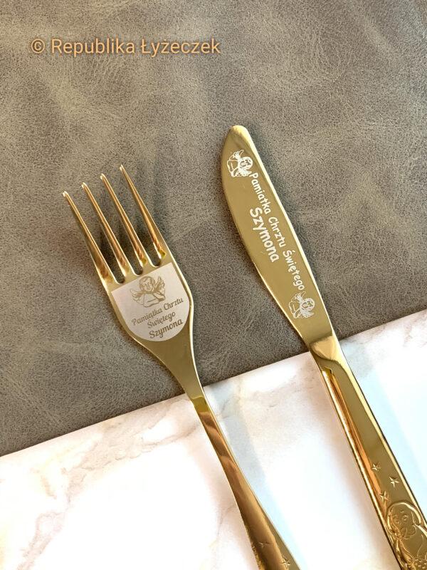 noż i widelec złotego koloru z grawerem imienia anioła