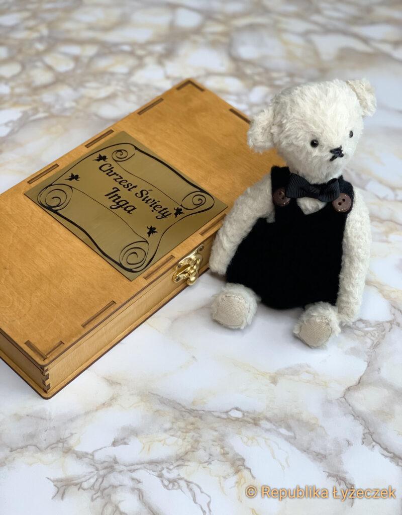 Pudełko drewniane z tablicą z życzeniami, lalka misia obok
