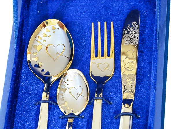 zestaw sztućców srebrne-złotego koloru z wygrawerowanymi sercami