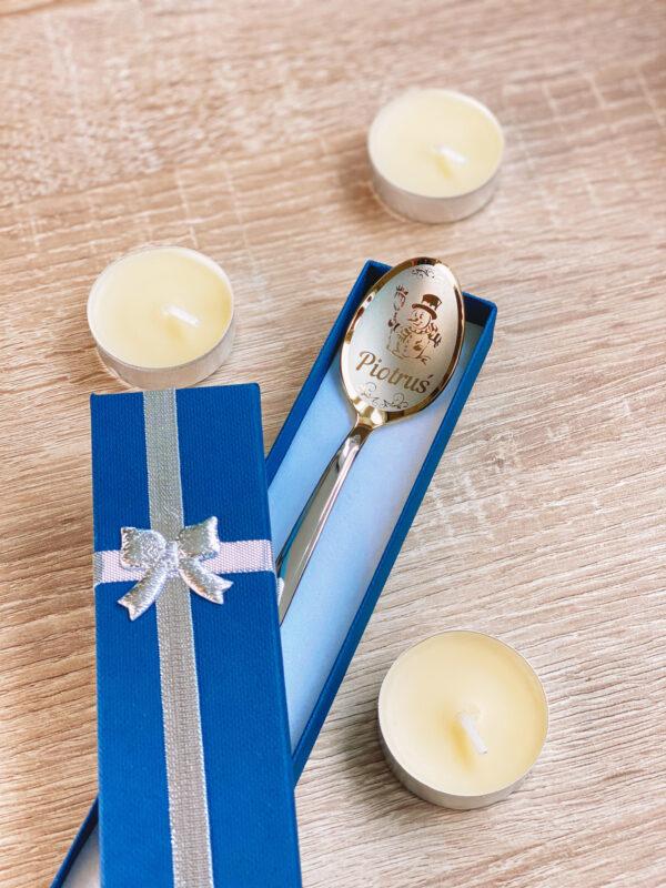łyżeczka nierdzewna z wygrawerowanym imieniem męskim na prezent świąteczny,obok świece