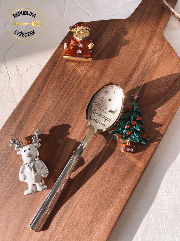 łyżeczka nierdzewna z wygrawerowanym napisem Kochanym rodzicom na prezent świąteczny,obok dekoracja świąteczna