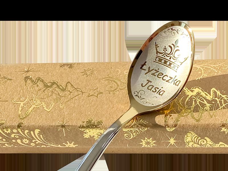 łyżeczka nierdzewna z wygrawerowanym imieniem chłopczyka na prezent imieninowy na tla pudełko