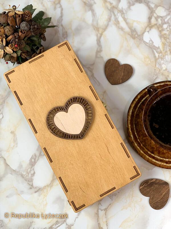 Pudełko drewniane koloru sosna z naklejonym sercem