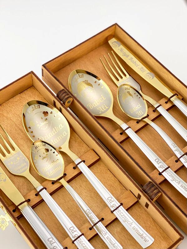 zestaw sztućców grawerowanych w pudełku jako prezent na dzień babci i dziadka