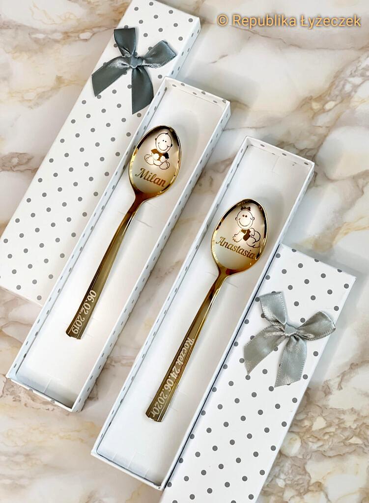 2 łyżeczki nierdzewne srebrne-złotego koloru z grawerem w pudełkach jako prezent dla dzieci