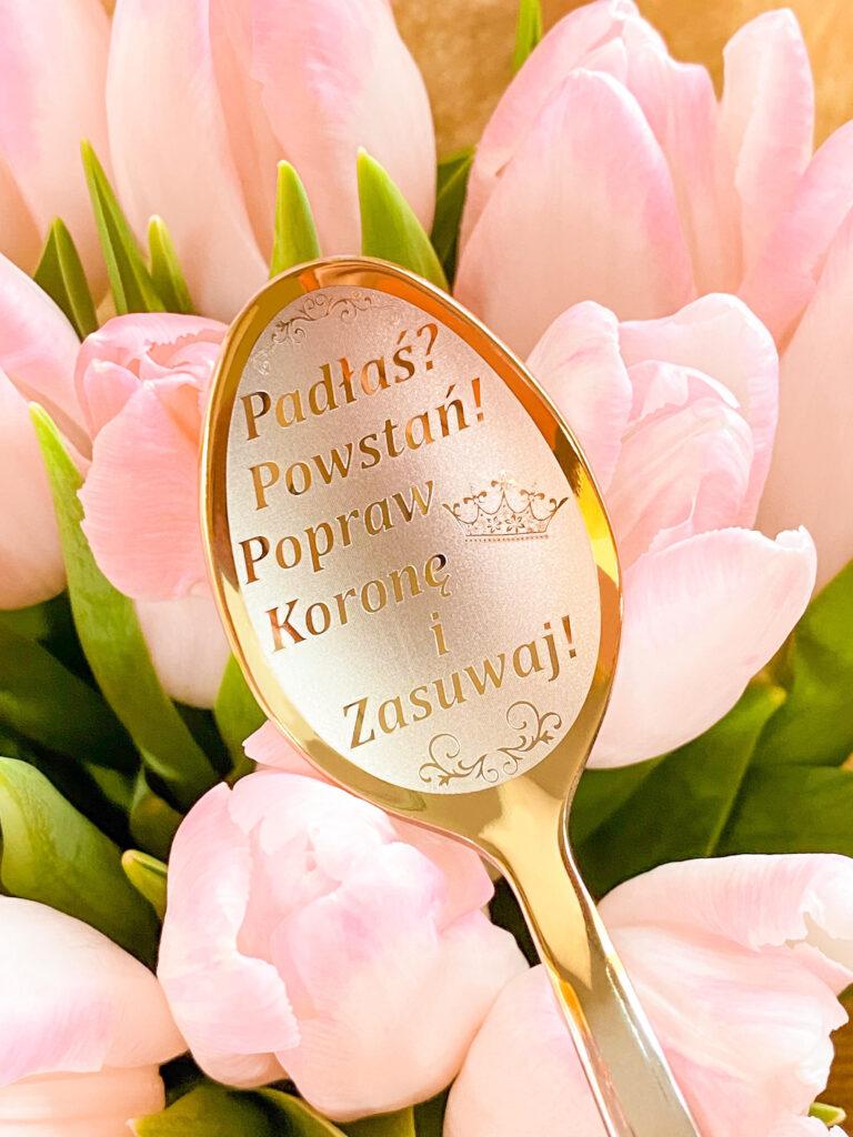 łyżeczka nierdzewna srebrne-złotego koloru z wygrawerowanym motywacyjnym napisem jako prezent dla niej