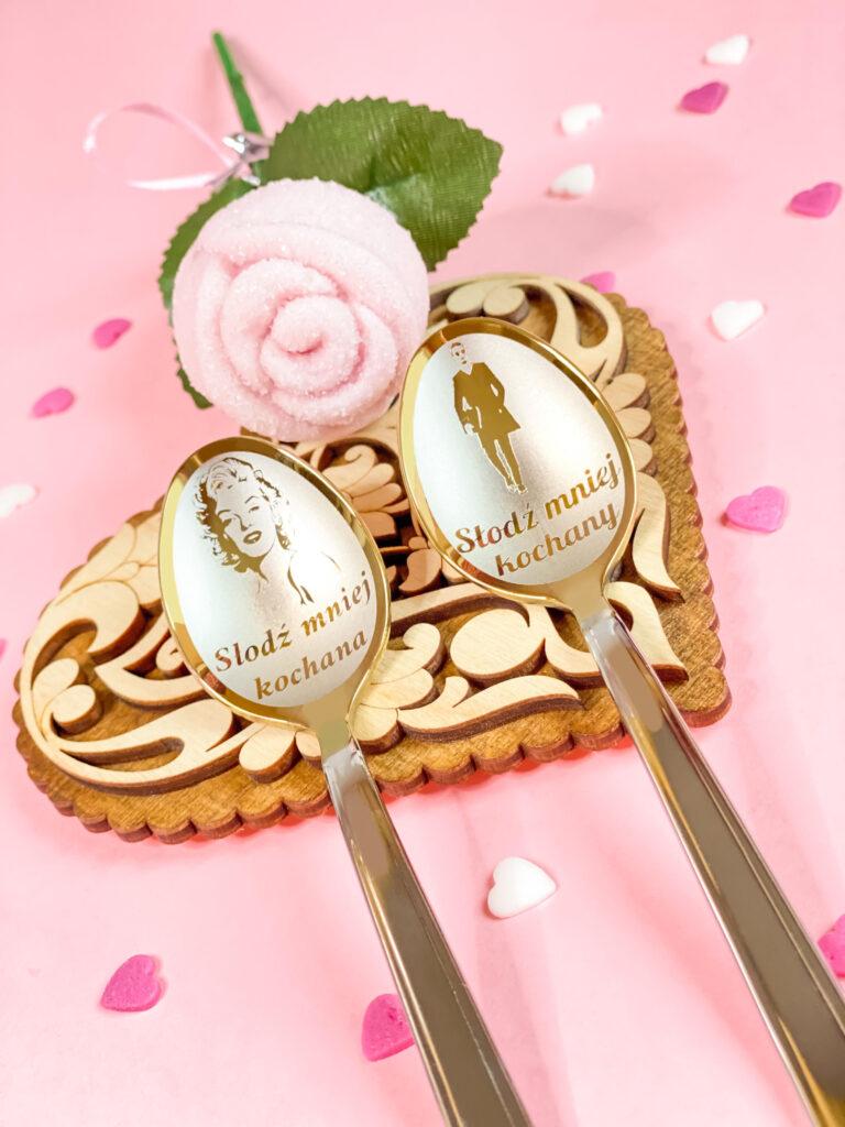 2 łyżeczki nierdzewne srebrne-złotego koloru z grawerem. prezent na ślub. serduszko drewniane, róża