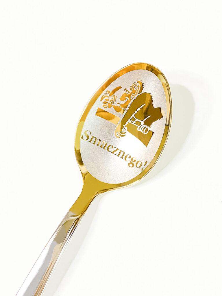 łyżeczka nierdzewna srebrne-złotego koloru z wygrawerowanym śniesznym napisem jako prezent dla niego